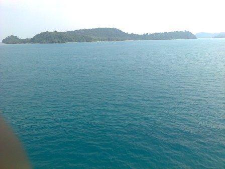 Pulau-pulau kecil juga kami lalui. Indah menawan.
