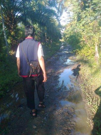 Ini dia jalan menuju Pantai Sulawangi yang tergenang. Kesannya itu, lho, Bro!