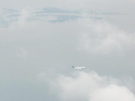 Di samping pesawat yang saya tumpangi, ada pesawat yang juga mau turun.